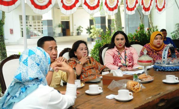 Rombongan Asdep Kemenkop dan UKM RI saat diterima dan berbincang dengan Bupati Lebak Iti Octavia Jayabaya di Pendopo Bupati Lebak. (Foto: TitikNOL)