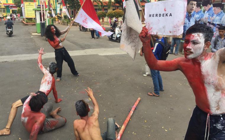 Aksi teatrikal yang dilakukan sejumlah mahasiswa dari Universitas Islam Negeri, Sultan Maulana Hasanudin Banten yang tergabung dalam Komunitas Soedirman 30. (Foto: TitikNOL)