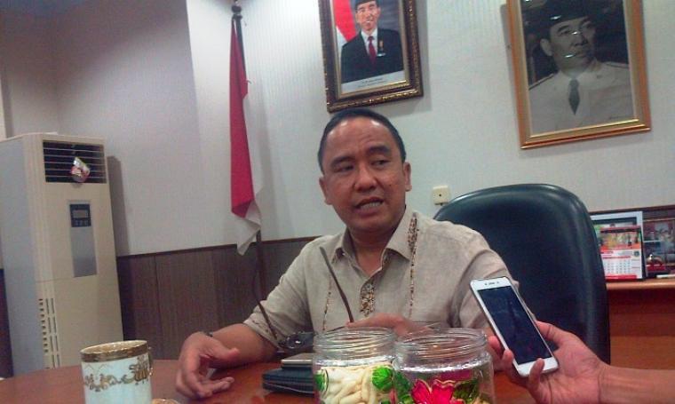 Ketua DPRD Banten Asep Rahmatullah memberikan keterangan kepada wartawan tentang pencabutan izin 4 perusahaan tambang di wilayah Banten. (Foto: TitikNOL)