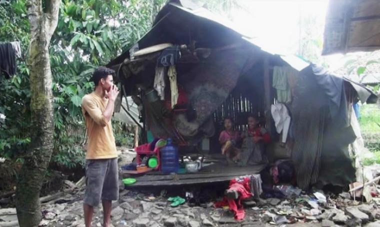 Kondisi memprihatinkan keluarga Sarbini yang tinggal di bekas kandang kambing bersama ke-13 anaknya. (Foto: TitikNOL)