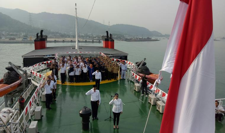 Suasana upacara pengibaran bendera Merah Putih di atas Kapal Batu Mandi. (Foto: TitikNOL)