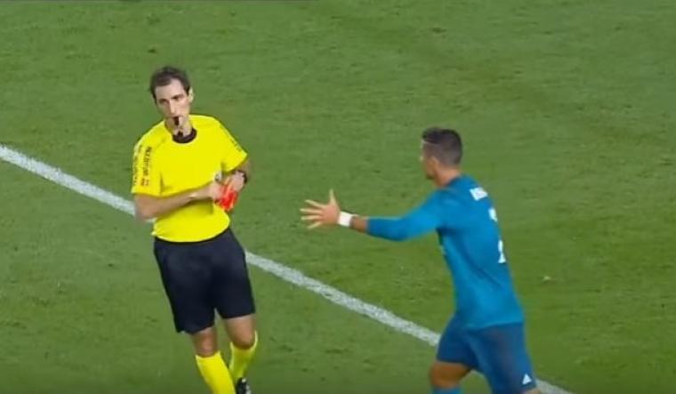 Cristiano Ronaldo mendapat dua kartu kuning yang berujung kartu merah. (Dok: youtube)