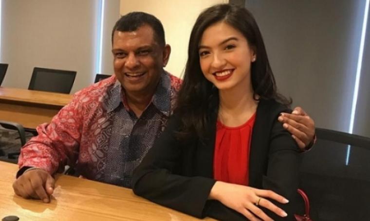 CEO AirAsia, Tony Fernandes foto bersama Raline Shah. (Dok: tempo)