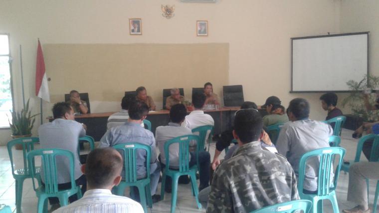 Warga Kampung Cirende saat mendengarkan penjelasan dari Distanbun Pemkab Lebak soal alih fungsi lahan perumahan Lebak Regency Rahayu. (foto: Ist)