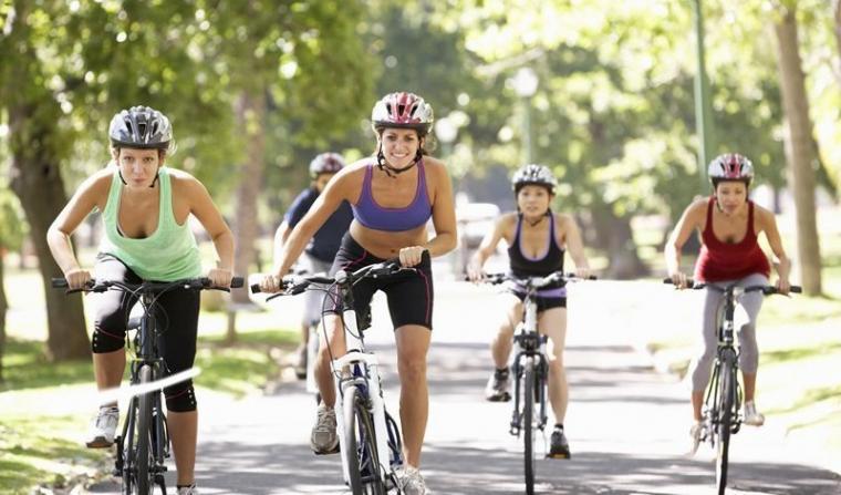 Ilustrasi perempuan bersepeda. (Dok: ridetherightride)