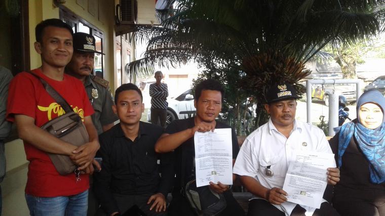 Camat Malingping Sukanta dan Eggi Ramadhan dan kawan-kawan didampingi penasehat hukumnya saat menunjukan berita acara pencabutan laporan pengaduan di Mapolsek Malingping. (Foto: TitikNOL)