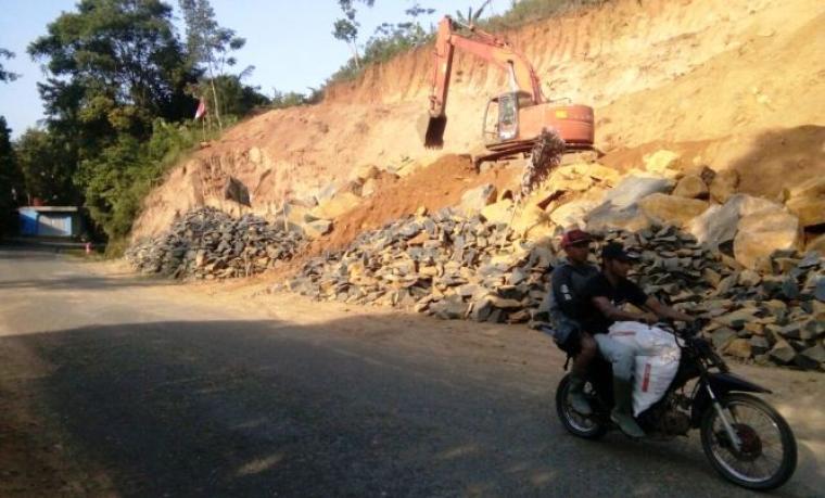 Seorang pengendara melintas di ruas jalan nasional Bayah - Cikotok, atau tepat di lokasi tambang milik PT Steven. (Foto: TitikNOL)