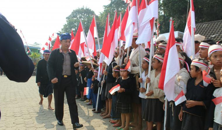 Kapolda Banten Brigjen Pol Listyo Sigit Prabowo, memeriksa barisan peserta upacara suku adat Baduy. (Foto: TitikNOL)