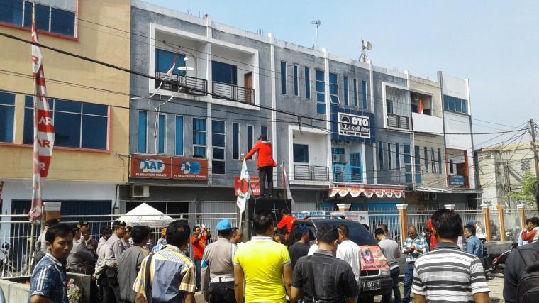 Puluhan warga Lebak demo kantor leasing MAF/MCF Lebak. (Foto: TitikNOL)