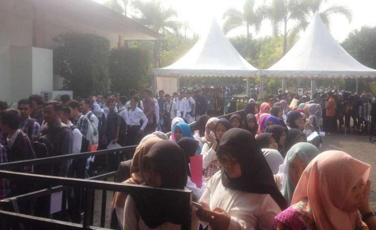 Antrian pengunjung di acara Job Fair Banten yang digelar Disnakertrans Banten, di halaman Masjid Agung Al-Bantani, KP3B, Kecamatan Curug, Kota Serang. (Dok: liputanbanten)