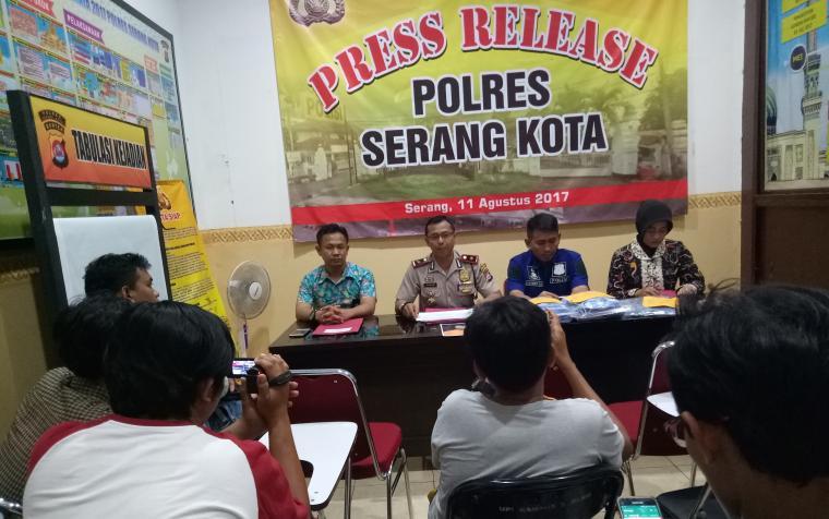 Wakapolres Serang Kota Kompol Tidar W Dahono didampingi Kanit Tipiter, Kanit Pidsus dan Kanit PPA saat ekspose. (Foto: TitikNOL)