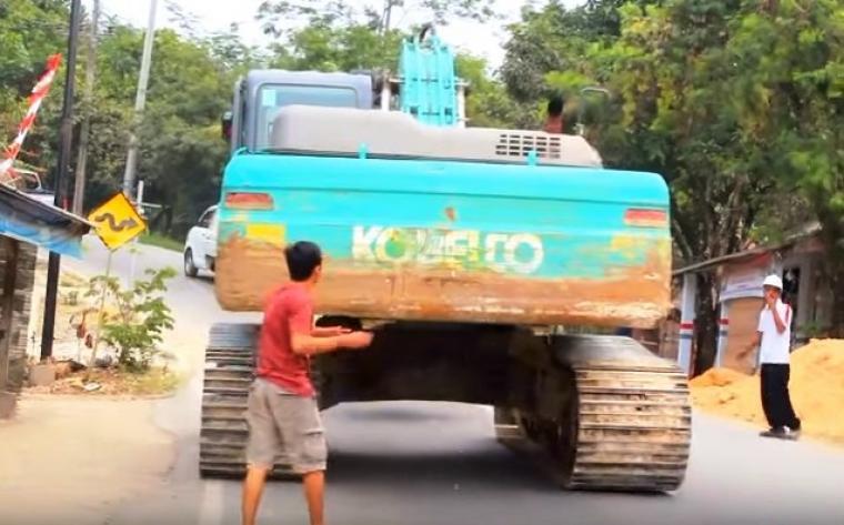 Warga saat melakukan aksi lempar telur ke kendaraan berat milik PT Cemindo Gemilang yang sedang melintas di ruas jalan Bayah - Cibareno. (Foto: youtube)