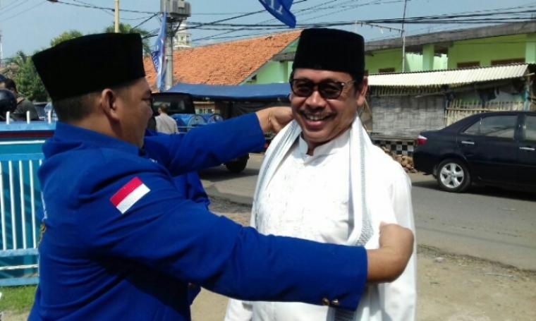 Bakal calon Wali Kota Serang Ranta Soeharta saat menyerahkan formulir penjaringan di DPC Partai Demokrat. (Dok: bantennews)
