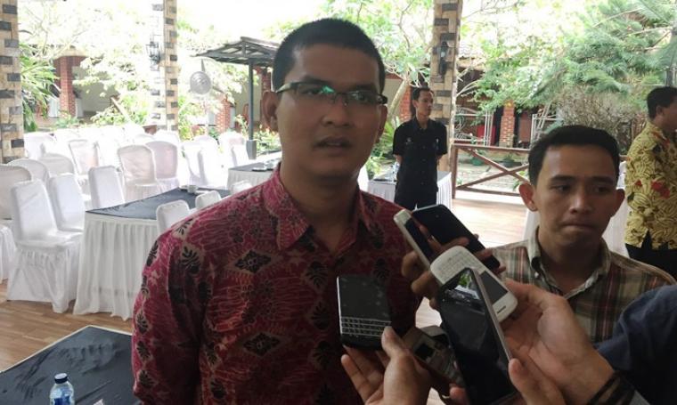Komisioner KPU Kota Serang Fierly M.M memberikan keterangan kepada wartawan. (Foto: TitikNOL)