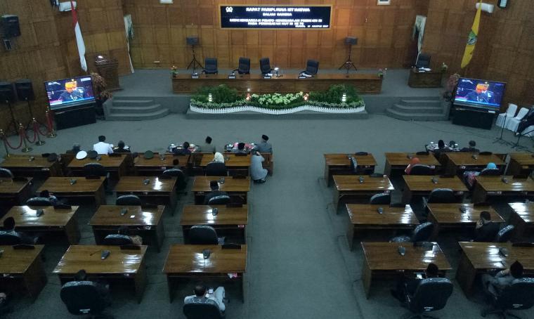 Kursi di ruang paripurna DPRD Cilegon banyal yang kosong. (Foto: TitikNOL)