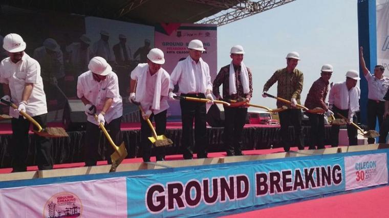 Menteri Perhubungan ,Budi Karya Sumadi didampingi Walikota Cilegon ,Tb Iman Ariyadi saat melakukan groundbreaking pelabuhan Warnasari. (Foto: TitikNOL)