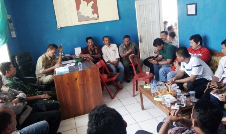 Serikat Tenaga Kerja Bongkar Muat Pelabuhan Bayah melakukan mediasi dengan perusahaan terkait penolakan adanya pengurangan tarif buruh Tenaga Kerja Bongkar Muat. (Foto: TitikNOL)