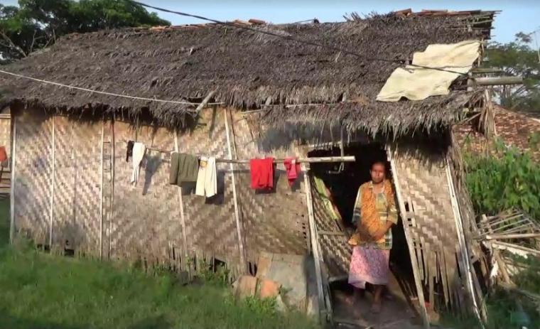 Marwati sedang berdiri di rumah dalam kondisi hampir roboh yang berada di Desa Puyuh Koneng, Kecamatan Lebak Wangi, Kabupaten Serang. (Foto: TitikNOL)