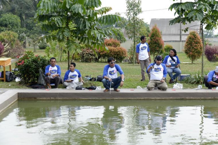 Sejumlah wartawan menggelar lomba mancing di kolam ikan di Baros, Kabupaten Serang. (Foto: TitikNOL)