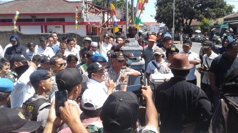 Sukanta Camat Malingping saat menemui pendemo dan memberikan penjelasan. (Foto: TitikNOL)