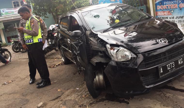 Anggota Laka lantas dari Polsek Taktakan saat melakukan pemeriksaan di lokasi terjadinya kecelakaan. (Foto: TitikNOL)