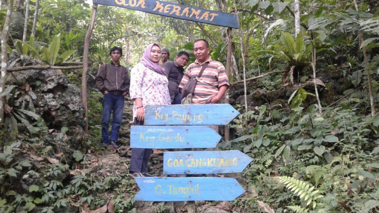 Wartawan TitikNOL dan Kades Hariang Nani Ristiani tengah berada di lokasi kawasan Goa Sanghiang (Goa Kramat) bersama dengan pengunjung lainnya. (Foto: TitikNOL)
