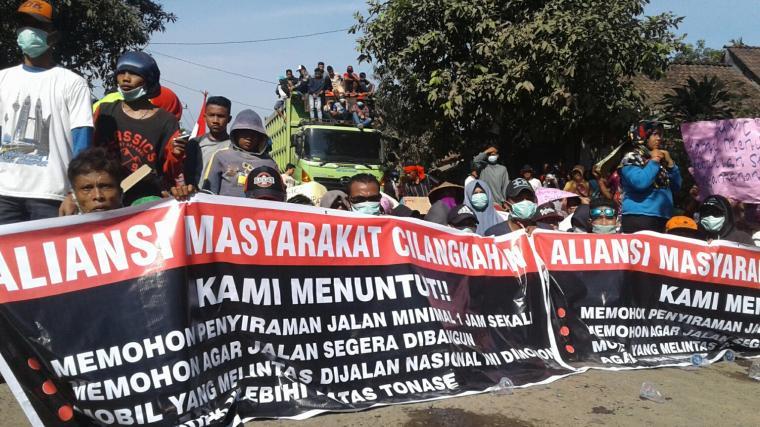 Warga saat menggelar aksi unjuk rasa dengan cara blokir jalan di ruas Malingping - Bayah. (Foto: TitikNOL)