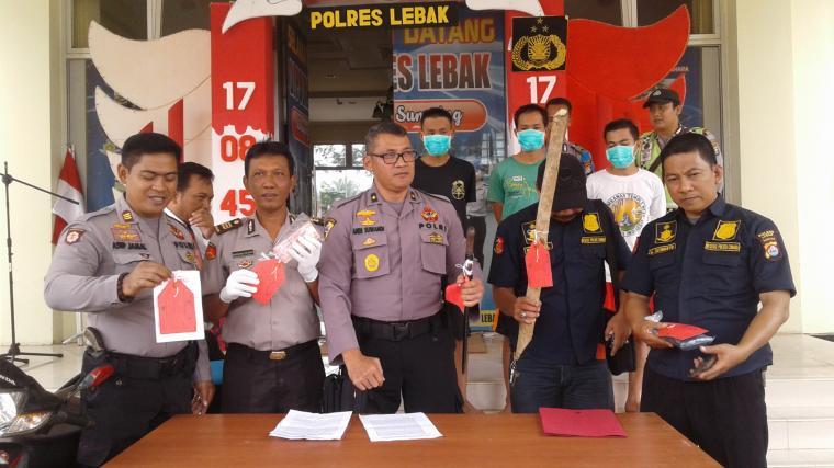 Kabag Ops Polres Lebak Kompol Andi Suwandi didampingi Kapolsek Cimarga AKP Bambang saat ekspose di Mapolres Lebak. (Foto: TitikNOL)
