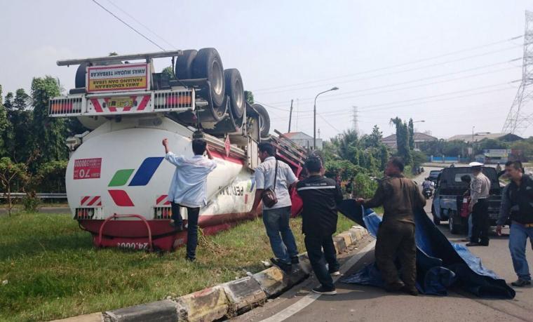 Truk tanki Pertamina Terguling di depan gerbang tol Merak. (Foto: TitikNOL)