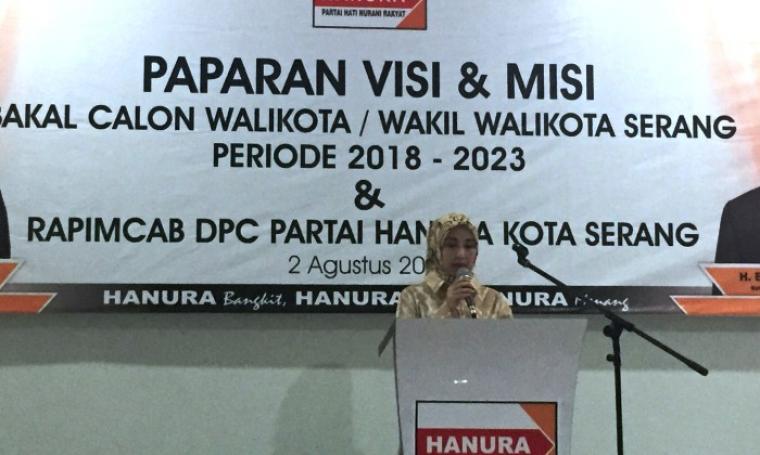 Bakal calon Walo Kota Serang Vera Nurlaela Jaman saat menyampaikan visi dan misi di kantor DPD Hanura. (Foto: TitikNOL)