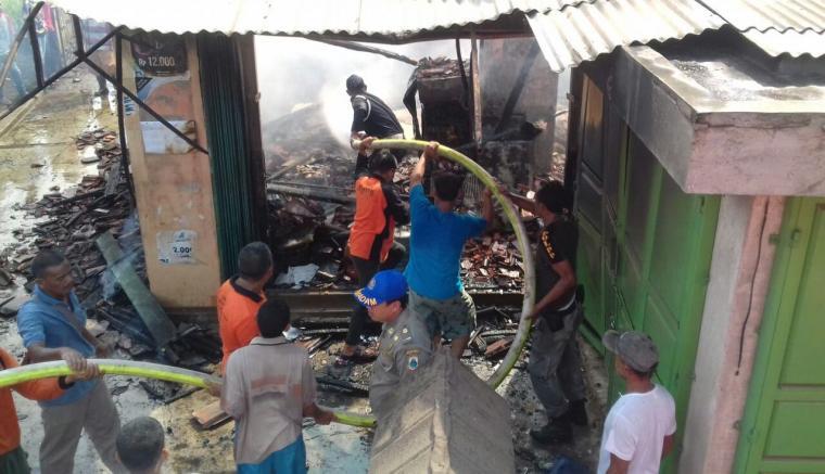 Petugas Pemadam kebakaran Dinas Pol - PP Pemkab Lebak dibantu warga berusaha memadamkan sebuah bangunan yang terbakar. (Foto: Ist)