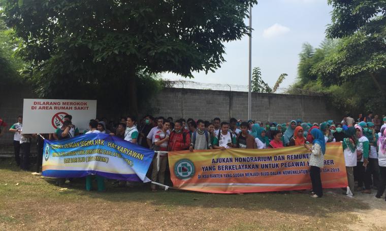 Aksi puluhan perawat dan staf RSU Provinsi Banten saat melakukan mogok kerja di halaman mushola di RSU Banten. (Foto: TitikNOL)