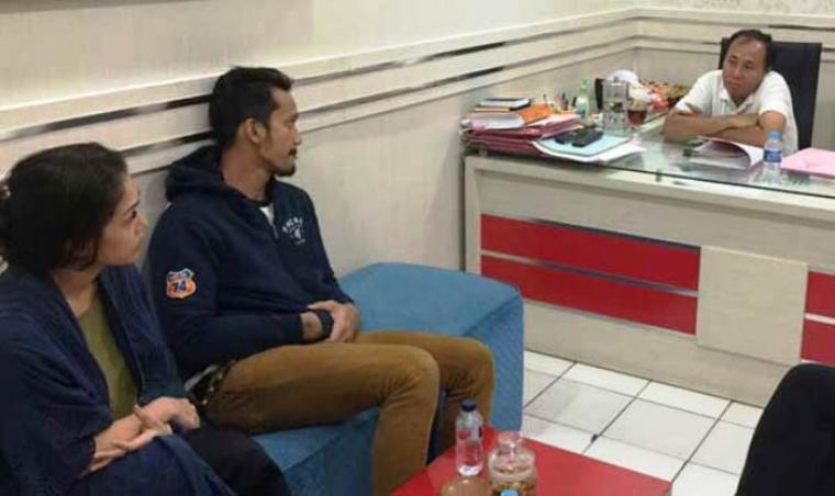 Tora Sudiro bersama Mieke Amalia saat diinterogasi pihak Polres Metro Jakarta Selatan. (Dok: net)