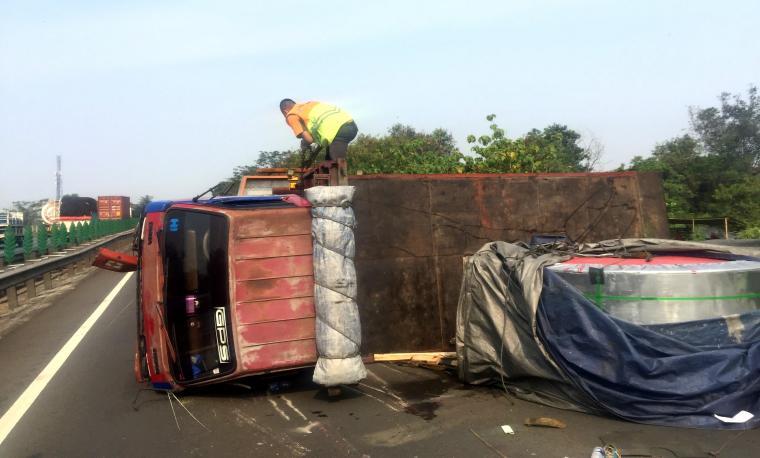 Kondisi truk terguling yang menutupi badan jalan di ruas Tol Tangerang - Merak kilometer 75. (Foto: TitikNOL)
