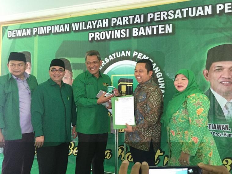 Ketua DPW PPP Agus Setiawan bersama jajaran saat menyerahkan sk rekomendasi pertai ke Arif Wismansyah di kantor DPW PPP, Ciracas, Kota Serang (Foto: TItikNOL)