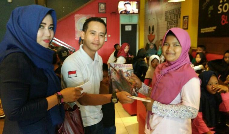 Direktur Eksekutif Orator Banten Agustian didampingi Isteri, memberikan santunan ke anak yatim di Rangkasbitung. (Foto:TitikNOL)