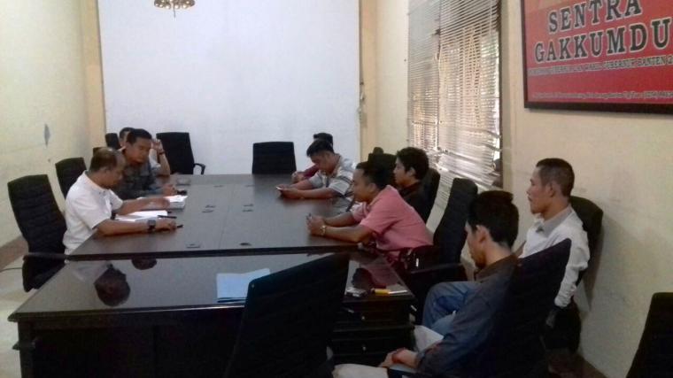 Sejumlah aktivis AMPP di kantor Bawaslu Banten untuk memberikan klarifikasi dan keterangan soal adanya temuan bahwa anggota Panwaskab Lebak diduga disusupi parpol. (Foto: Ist)