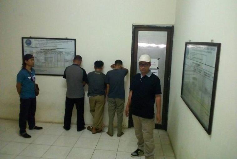 Tiga orang ASN Pemkot Cilegon saat ditangkap BNN Provinsi Banten di kantor Kecamatan Pulomerak(Istimewa).