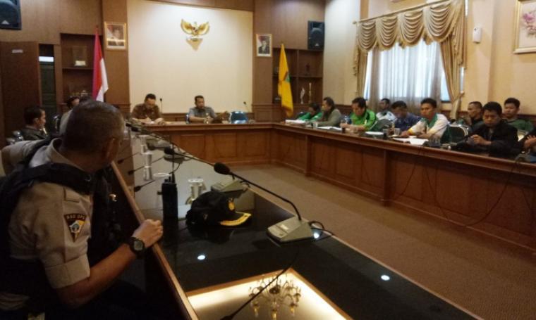Para buruh saat melakukan audiensi dengan Wali Kota Cilegon di ruang rapat wali kota. (Foto: TitikNOL)