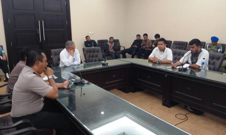 Pertemuan perwakilan pegawai non-ASN dengan Asisten Daerah (Asda) II Setda Banten, Samsir di ruang rapat setda. (Foto: TitikNOL)