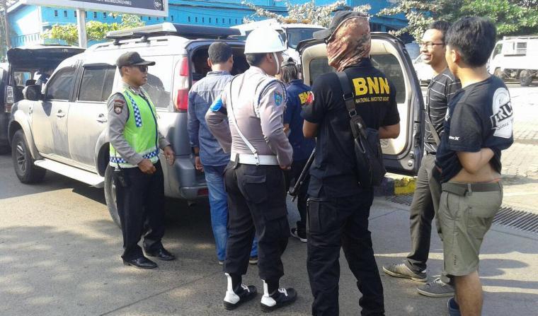 Petugas BNNP Banten saat memeriksa kendaraan penumpang di Pelabuhan Merak. (Foto: Istimewa)