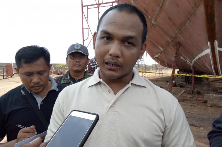 Kasat Reskrim Polres Cilegon AKP Dadi Perdana Putra saat memberikan keterangan kepada awak media di lokasi ledakan galangan kapal PT Krakatau Shipyard beberapa hari yang lalu. (Foto: TitikNOL)
