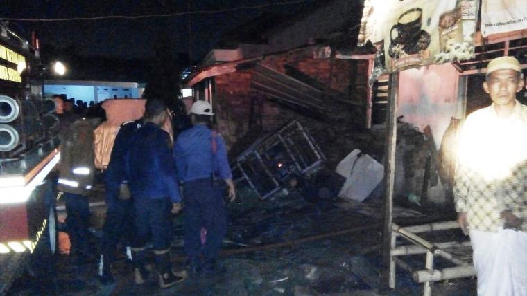 Petugas pemadam kebakaran Kota Serang berhasil memadamkan kobaran api. (Foto: TitikNOL)