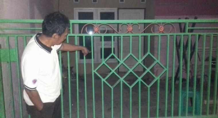 Seorang warga menunjukan tempat terjadinya aksi kejam yang dilakukan Stenly, terhadap istri dan kedua anaknya. (Foto: TitikNOL)