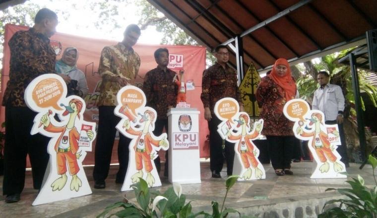 KPU Kota Serang saat melaunching maskot dan jingle KPU Kota Serang di salah satu Rumah Makan di Kota Serang. (Foto: TitikNOL)