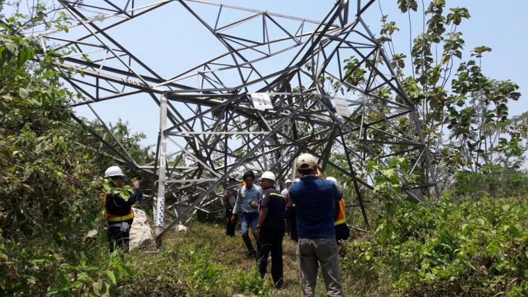 Sejumlah petugas saat memantau tower Sutet milik PT Cemindo Gemilang yang roboh. (Foto: Ist)