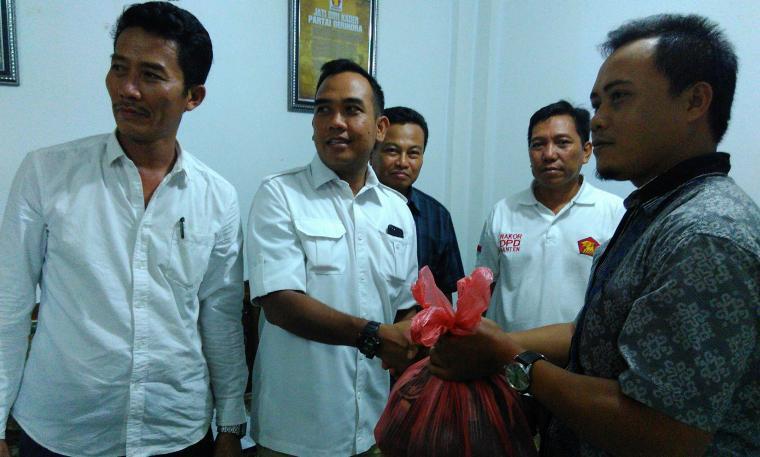 Wakil ketua DPD Gerindra Banten, Ali Zamroni, saat berikan daging kurban secara simbolis di DPC Partai Gerindra Lebak. (Foto: TitikNOL)