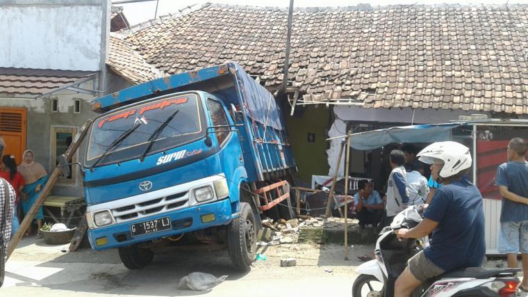 Truk garam menghantam rumah warga akibat tidak kuat menanjak. (Foto: TitikNOL)
