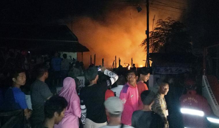 Warga ramai menyaksikan puluhan rumah terbakar yang terletak di lingkungan Tegal Cabe, Kelurahan Citangkil, Kecamatan Citangkil, Kota Cilegon. (Foto: TitikNOL)