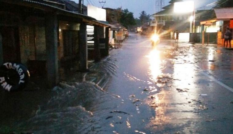Minimnya drainase membuat jalur alternatif menuju kawasan wisata Anyer jadi tergenang air. (Foto: TitikNOL)